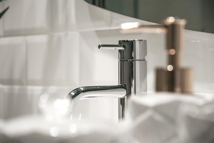 detalle grifo lavabo de baño
